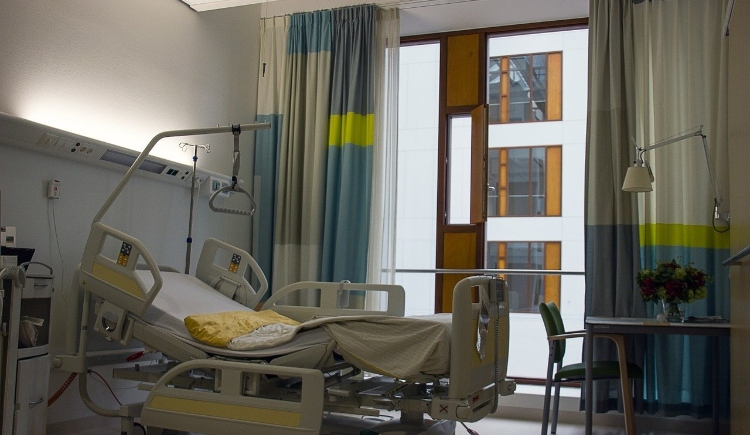 Empty hospital bed Image by Cor Gaasbeek from Pixabay
